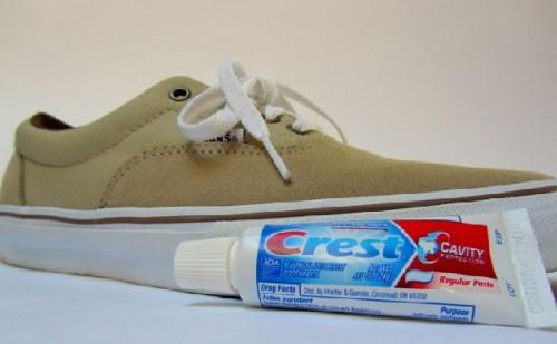 تنظيف الحذاء الابيض بمعجون الاسنان